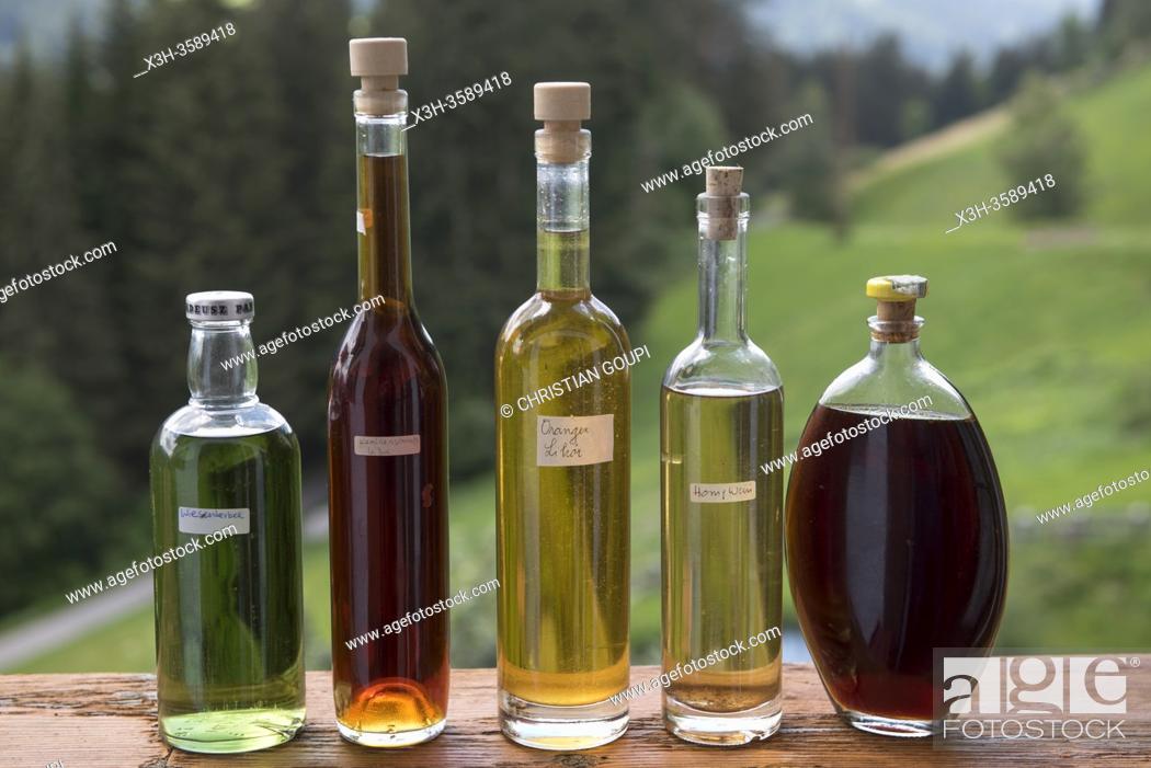 Stock Photo: etalage d'eaux de vie de fruits varies (schnapps), ferme auberge Unterstein, vacances a la ferme, Villabassa /Niederdorf, Val Pusteria.