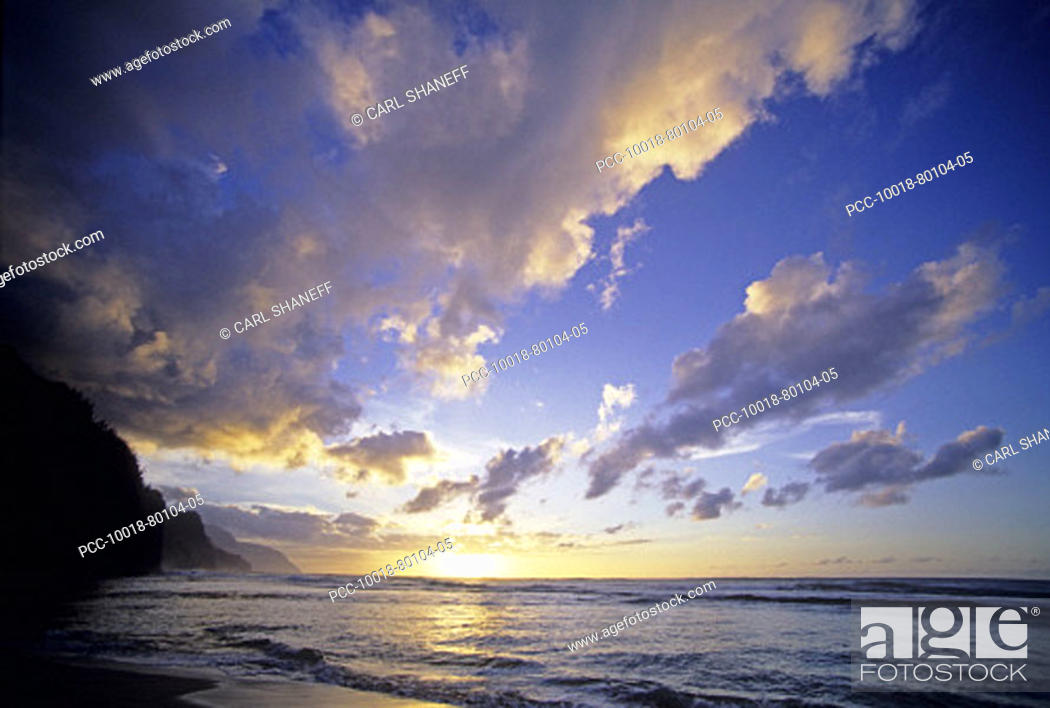 Stock Photo: Cloudy blue sky over ocean at sunset, view from tropical beach.