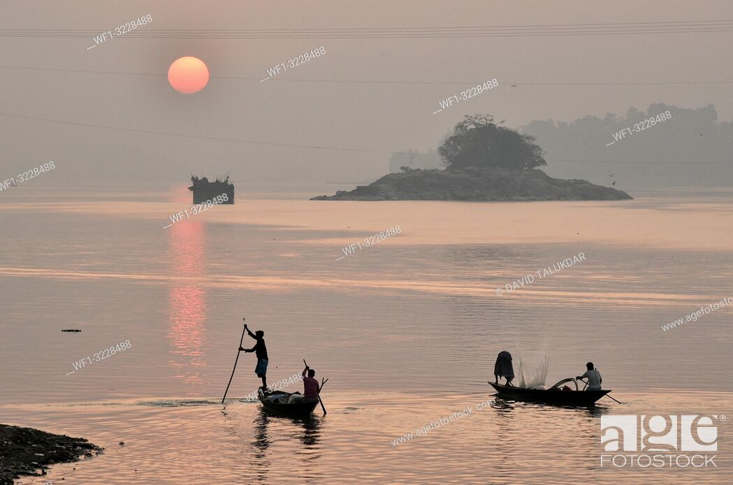 Imagen: Guwahati, Assam, India. January 30, 2019. Fishermen lays their fishing net at the Brahmaputra River during sunset.