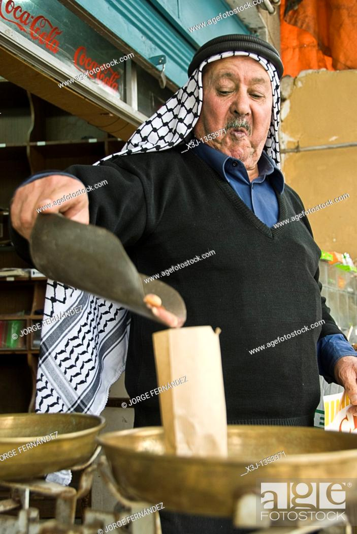 Imagen: Old man in front of his shop selling nuts, Amman, Jordan, Asia.