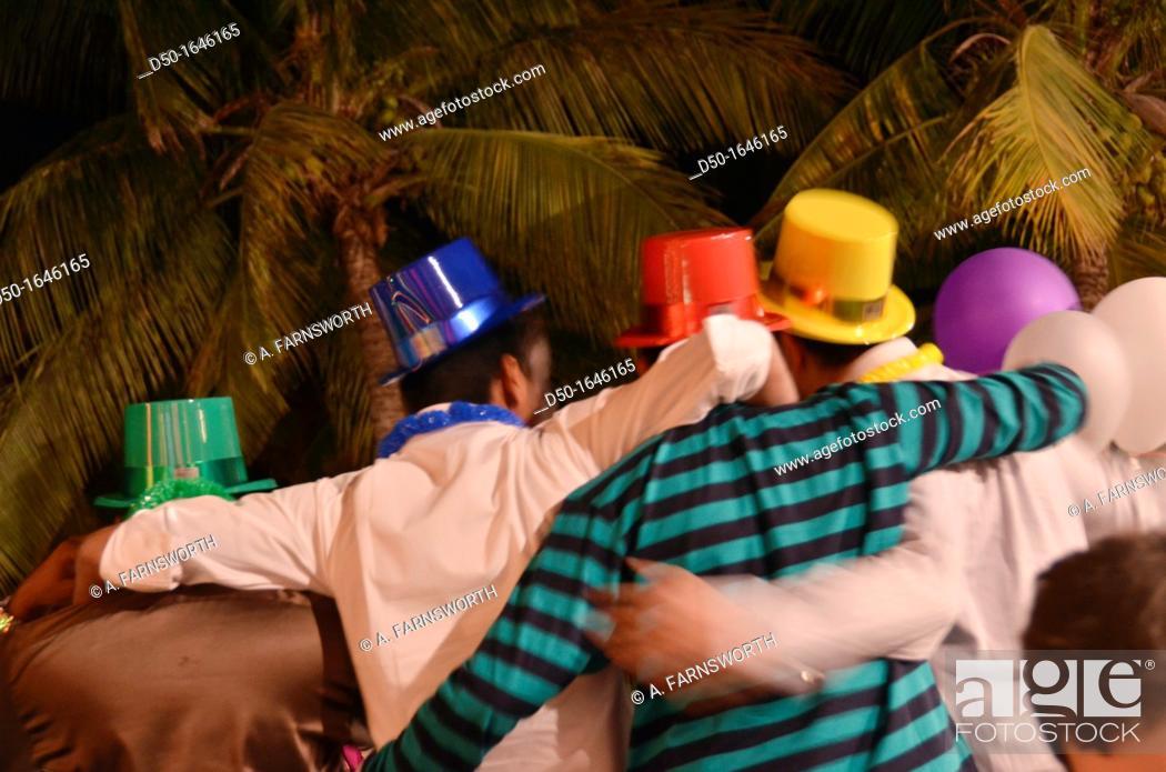 Imagen: Revelers, New Year's Eve partiers, Salalah, Oman.