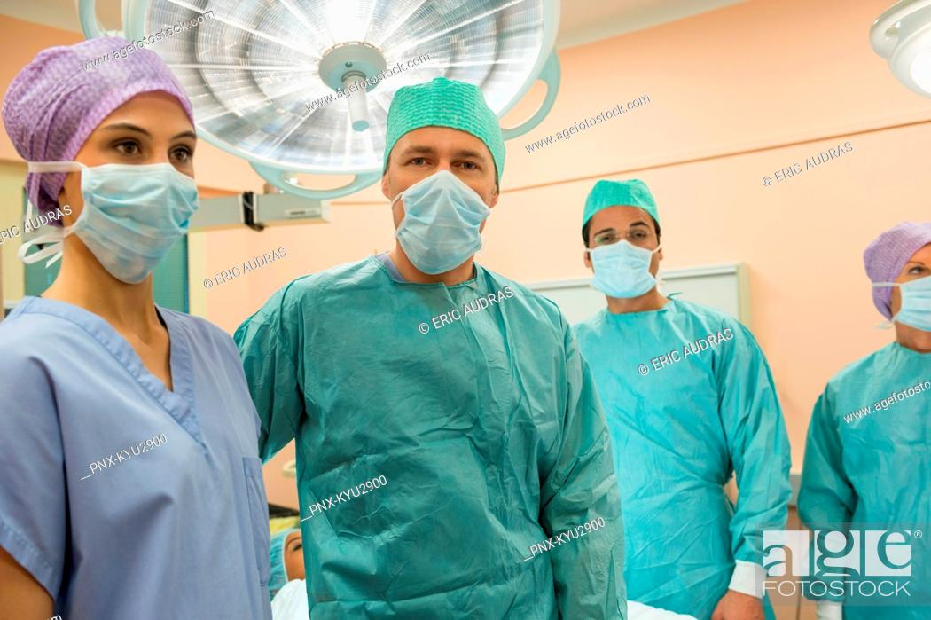Imagen: Medical professionals in an operating room.