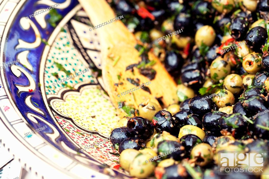 Imagen: Marinated green and black olives.