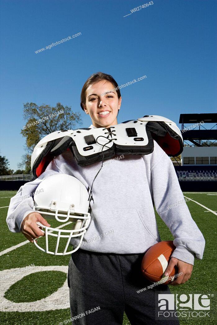 Imagen: Female American footballer.