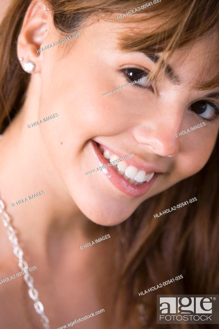 Imagen: Close up portrait of young woman.