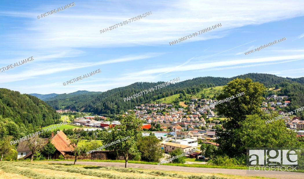 Imagen: 13 July 2020, Baden-Wuerttemberg, Oppenau: The village of Oppenau is surrounded by mountains and forests in a valley. A large police contingent has been.