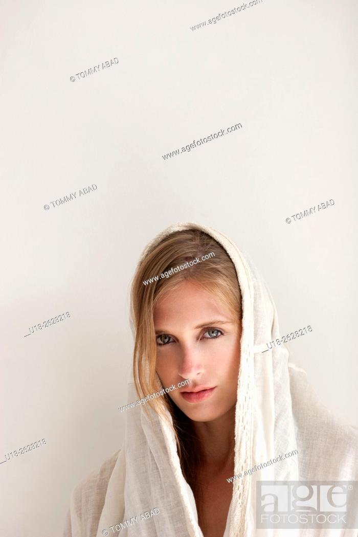 Imagen: angel / nun / woman with cape.
