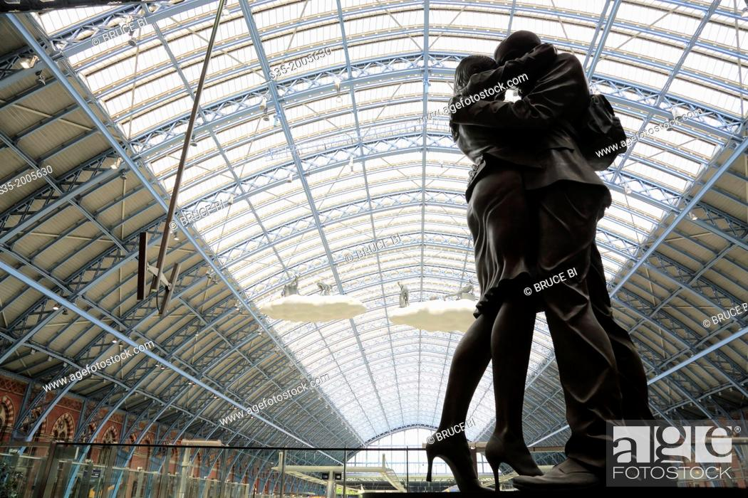 Imagen: Statue inside of St Pancras railway station, London, England, UK.