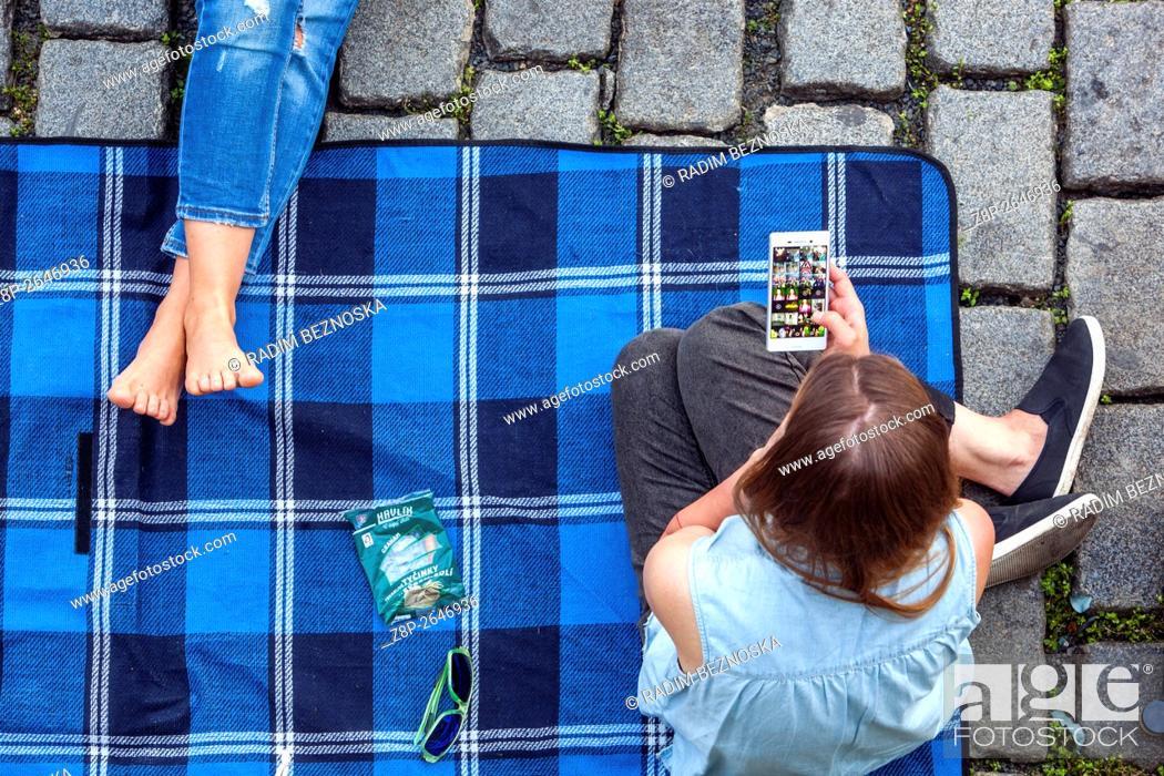 Imagen: Meeting friends, picnic, Náplavka, Vltava riverbank in Prague, Czech Republi.