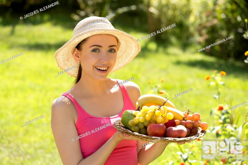 Imagen: Woman offering fruits.