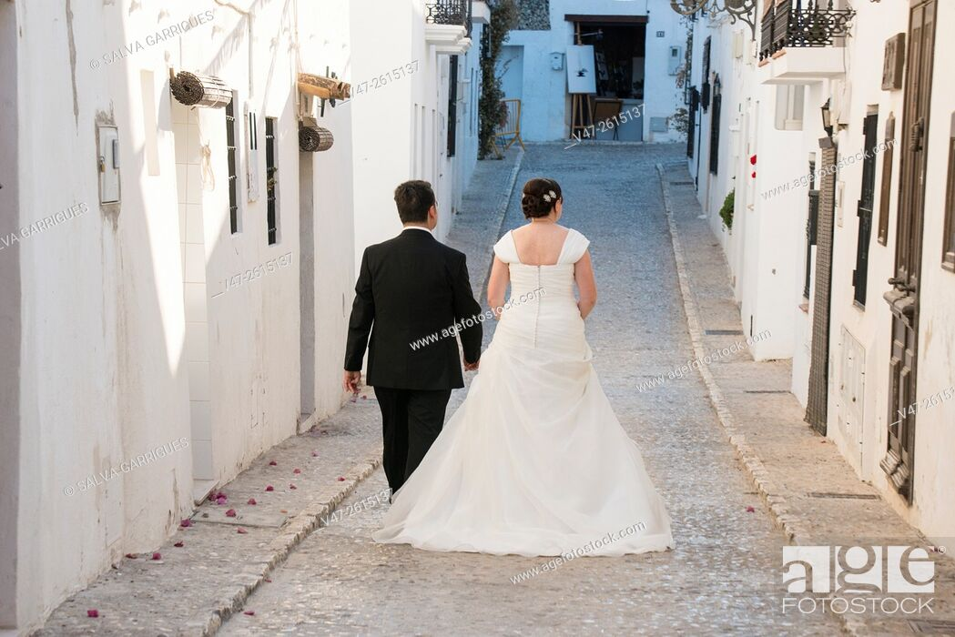 Imagen: Grooms walking the streets of Altea on their wedding day, Altea, Alicante, Valencia, Spain, Europe.