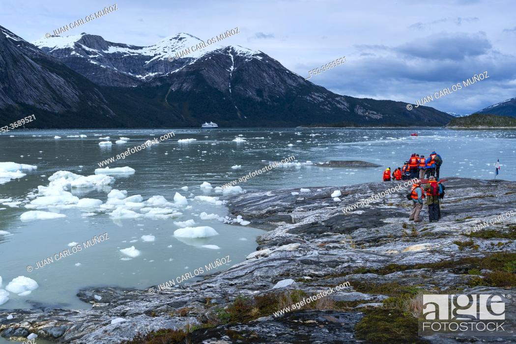 Imagen: Touristic exploration, Darwin Mountain Range, Beagle Channel, Tierra del Fuego Archipelago, Magallanes and Chilean Antarctica Region, Chile, South America.