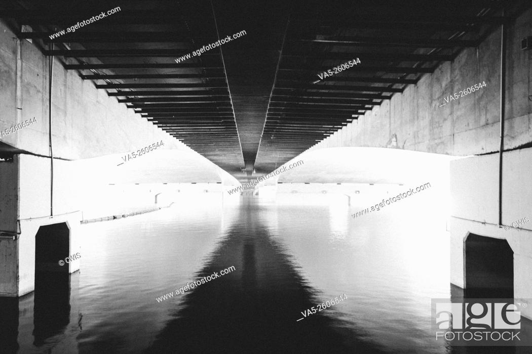 Imagen: The view of the bottom of a brige in black and white style.