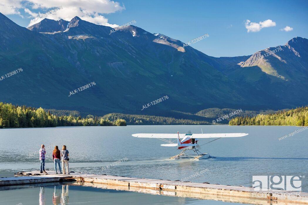Imagen: Visitors watch a float plane depart, Trail Lake Float Plane Base, Moose Pass, Kenai Peninsula, Southcentral Alaska, USA.