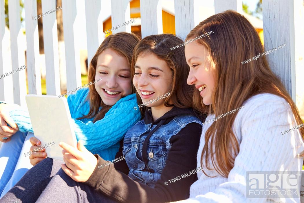 Imagen: Sister girls friends having fun with technology mobile and tablet.