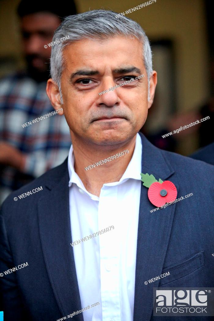 Imagen: The Mayor of London Sadiq Khan meets personnel from the British Armed forces selling poppies at Leyton Underground Station to help raise awareness of The Royal.