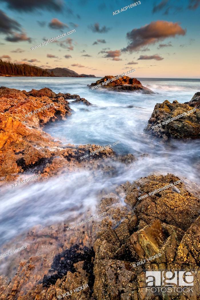 Imagen: Wild West Coast of Northern Vancouver Island, Cape Scott, British Columbia, Canada. Waves crashing along coastline photographed in long exposure.