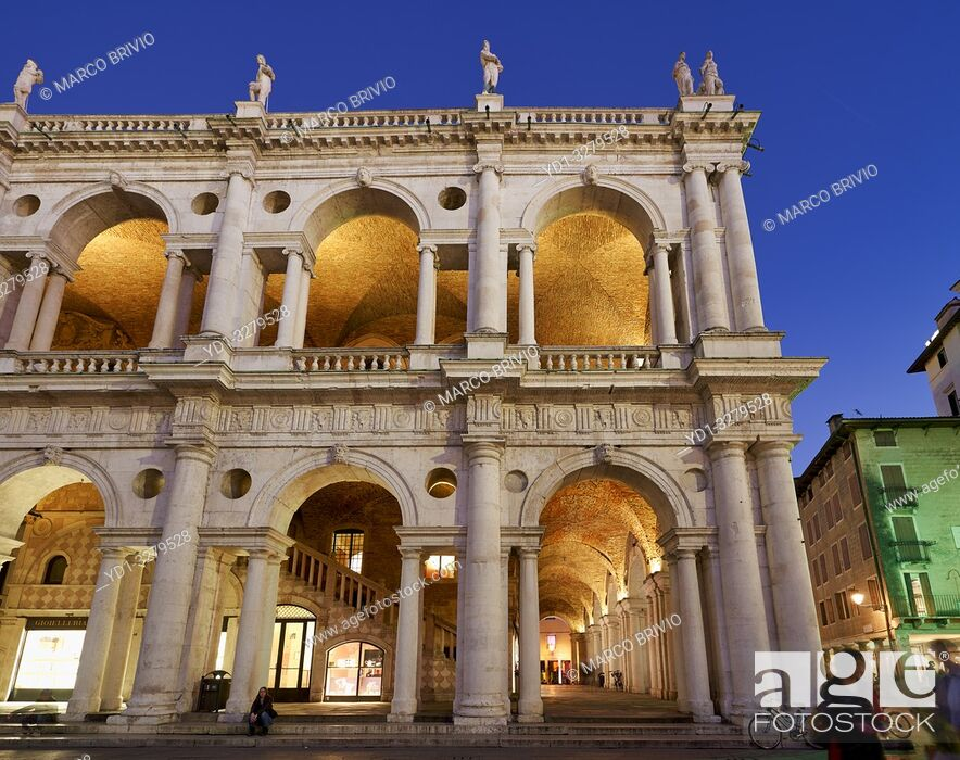 Photo de stock: Vicenza, Veneto, Italy. The Basilica Palladiana is a Renaissance building in the central Piazza dei Signori in Vicenza. The loggia shows one of the first.