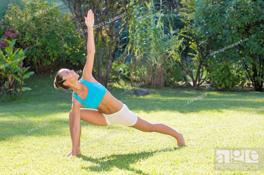 Imagen: Woman practicing exercise in park.