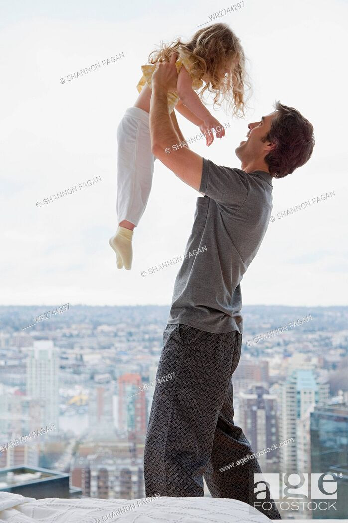 Imagen: father lifting his daughter.