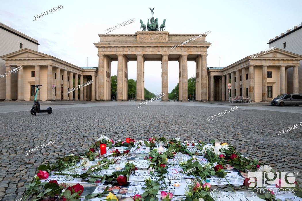 Stock Photo: Brandenburger Tor mit stiller Protestaeusserung auf dem Pariser Platz am fruehen Morgen, Berlin, Deutschland, Europa.