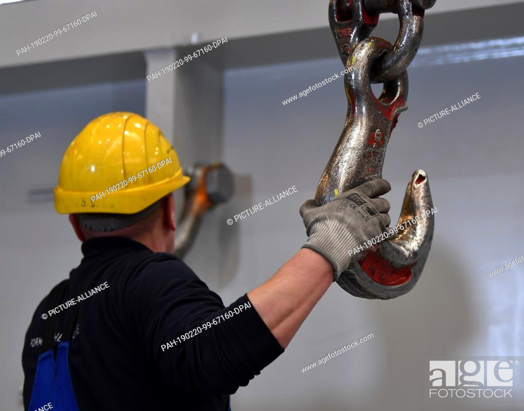 20 February 2019, Thuringia, Erfurt: An employee attaches the