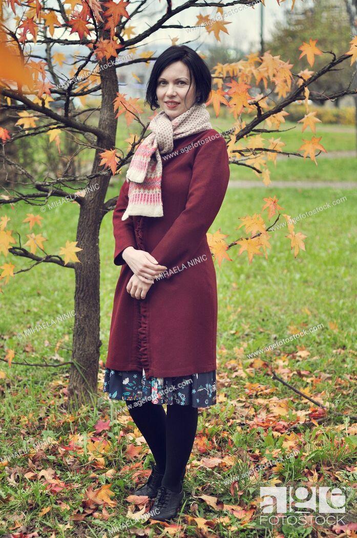 Imagen: Smiling mid adult woman portrait, autumn.