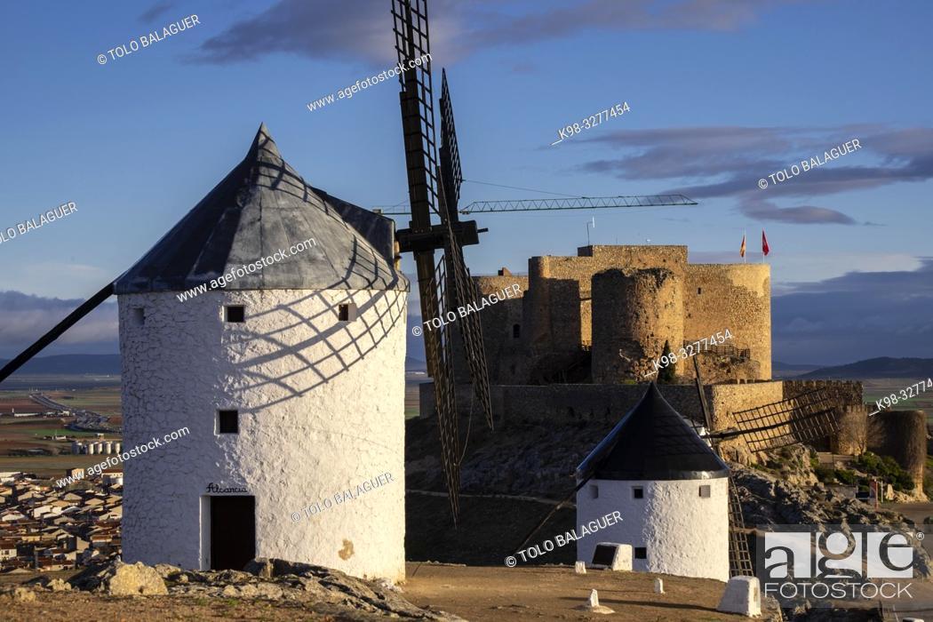 Imagen: molinos de Consuegra con el castillo de la Muela al fondo, cerro Calderico, Consuegra, provincia de Toledo, Castilla-La Mancha, Spain.