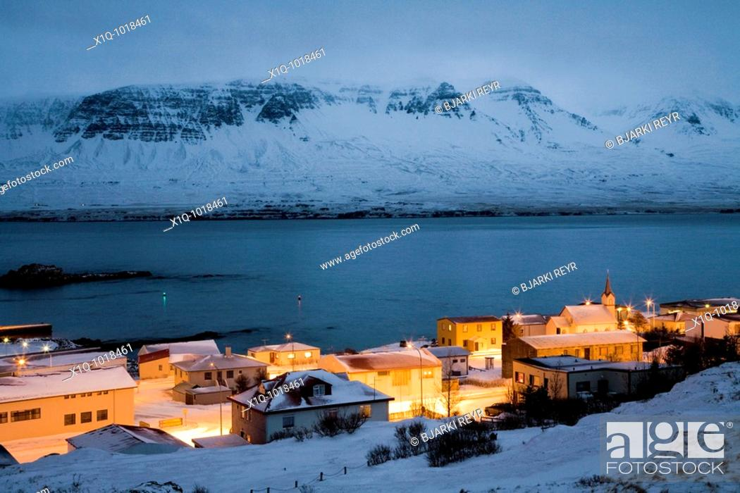 Imagen: View over Vopnafjordur at dusk during winter, East Iceland  Vopnafjordur hopes to service the oil industry if oil is found underwater in the Dreki area.