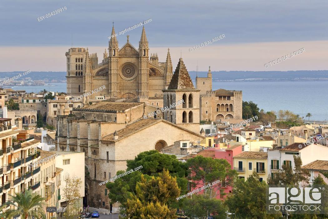 Stock Photo: Catedral de Palma (La Seu)(s. XIV-XVI) y iglesia de La Santa Creu (s. XIV). Barrio marinero del Puig de Sant Pere y catedral de Mallorca. Palma.