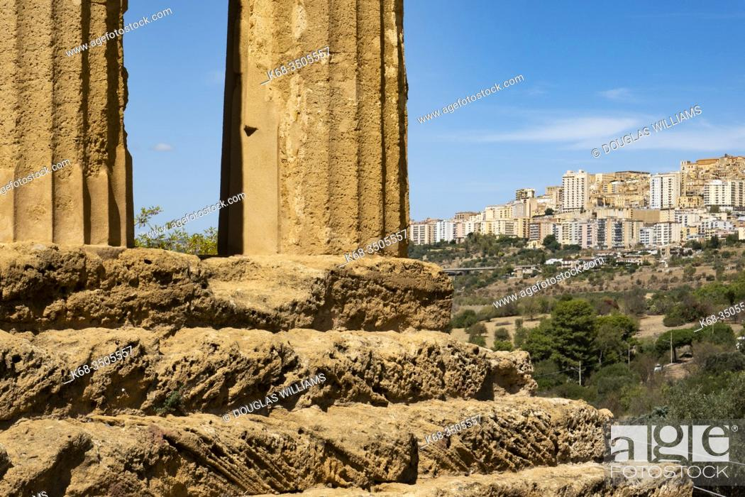 Imagen: Temple of Concordia in the Valle dei Templi at Agrigento, Sicily, Italy, with a view to modern Agrigento.