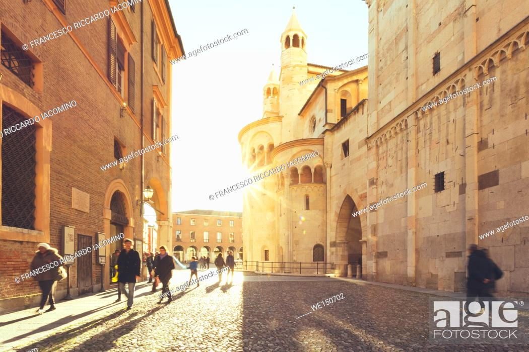 Imagen: Modena, Emilia Romagna, Italy. Piazza Grande and Duomo Cathedral at sunset.