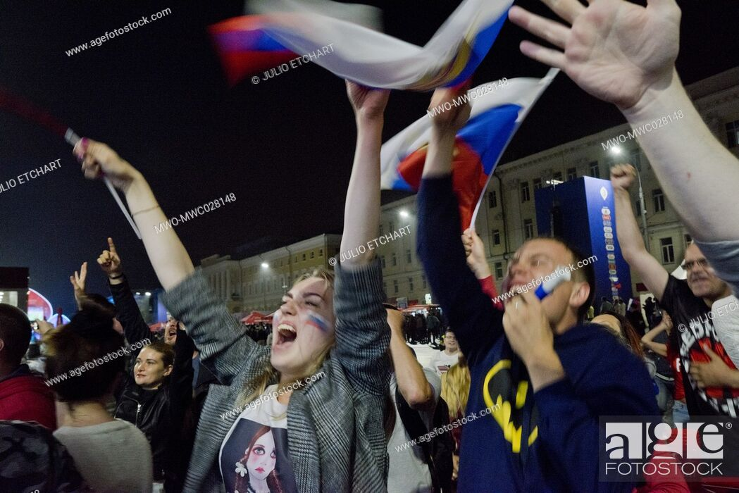 Imagen: Russian fans during game with Croatia at Fan Zone in Nizhny Novgorod, during Russia football World Cup 2018Russia football World Cup 2018.