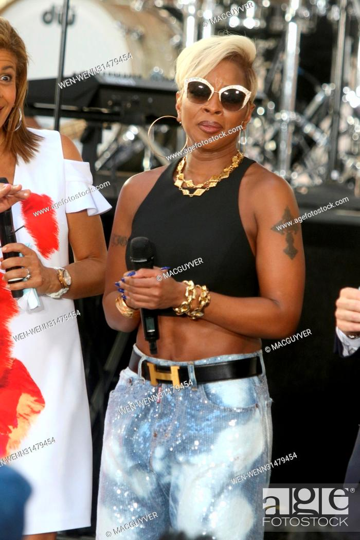 5e6d8227b98 Stock Photo - Veteran singer Mary J. Blige performs some of her greatest  hits and new music for her adoring fans at Rockefeller Center on NBCs   Today  show ...