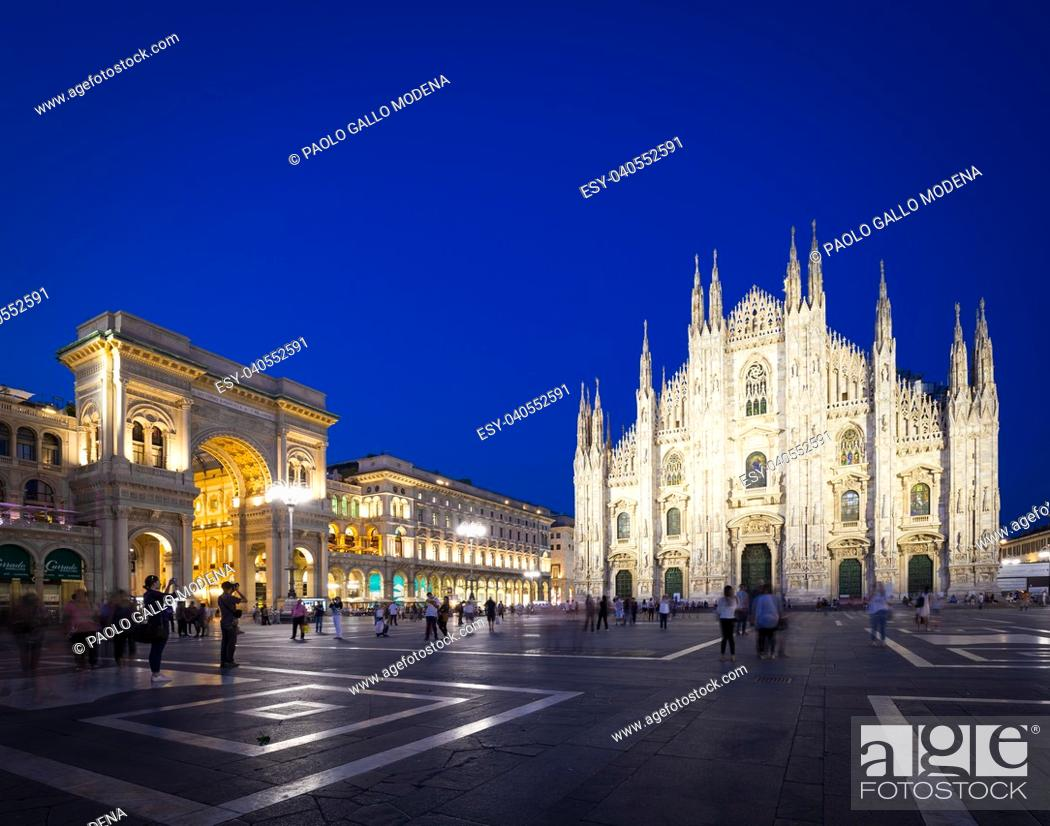 Photo de stock: MILAN, ITALY - APRIL 28th, 2018: turists during blue hour taking pictures in Duomo Square , the main landmark of the city.