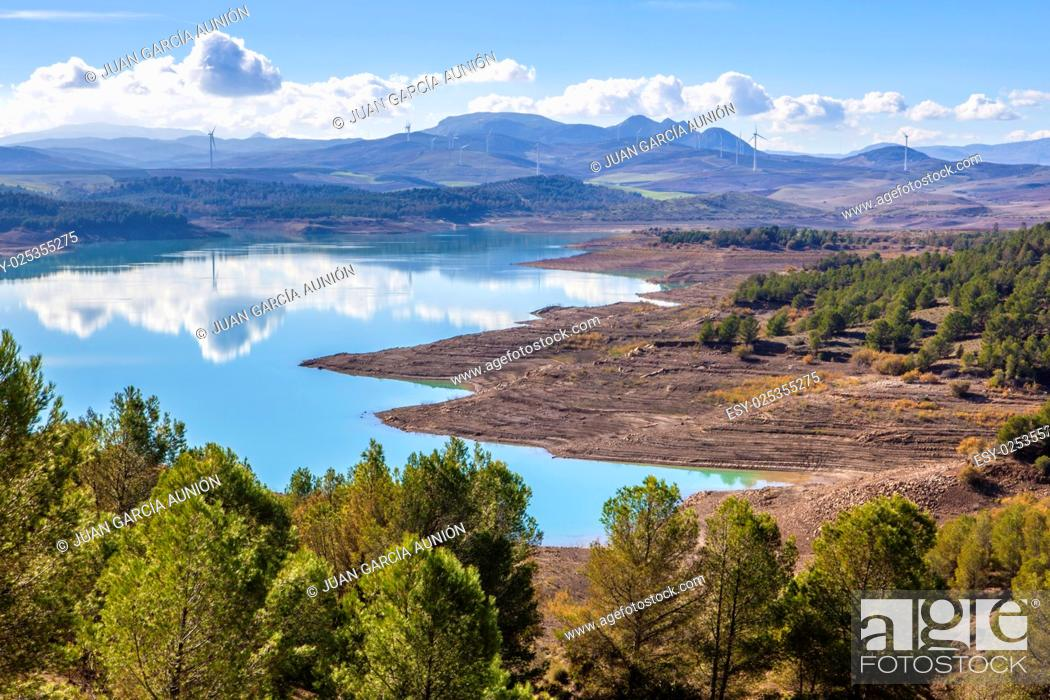 Imagen: El Chorro reservoir landscape with windmills at bottom close to Gorge of the Gaitanes, Malaga, Spain.