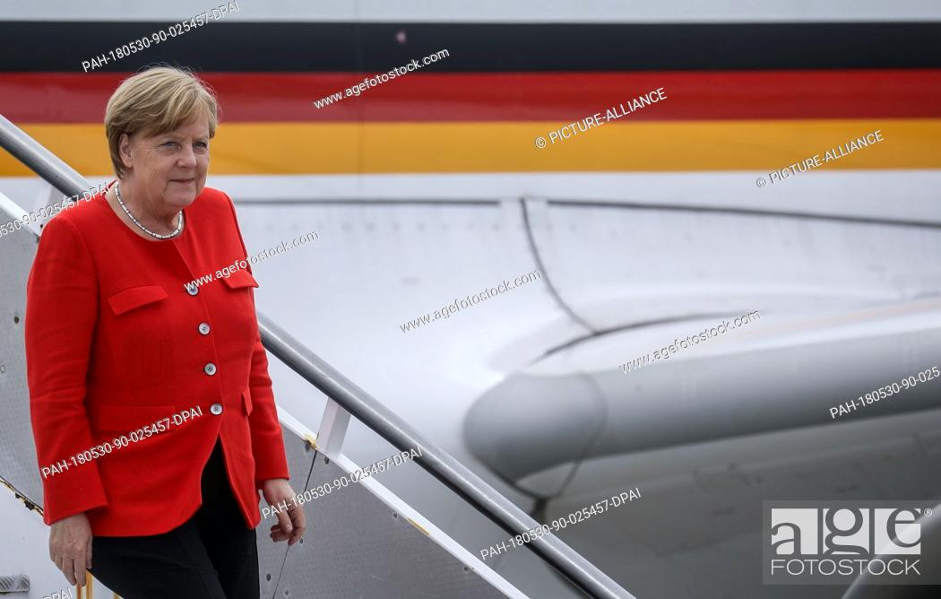 Imagen: 30 May 2018, Portugal, Lisbon: German Chancellor Angela Merkel alighting the plane. Merkel is in Portugal for the first time since the end of Euro crisis.