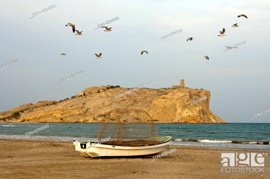 Stock Photo: Fischerboot mit Reuse am Sawadi Strand, hinten eine der Sawadi Inseln mit Beobachtungsturm, Barka Wilyat, Sultanat Oman / Fishing boot with fish trap at Sawadi.