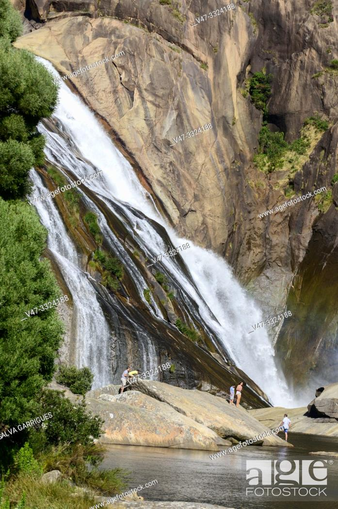 Imagen: The Ézaro waterfall (in Galician: Fervenza do Ézaro) or the Jallas waterfall, is a waterfall that forms the Jallas river at its mouth to the sea.
