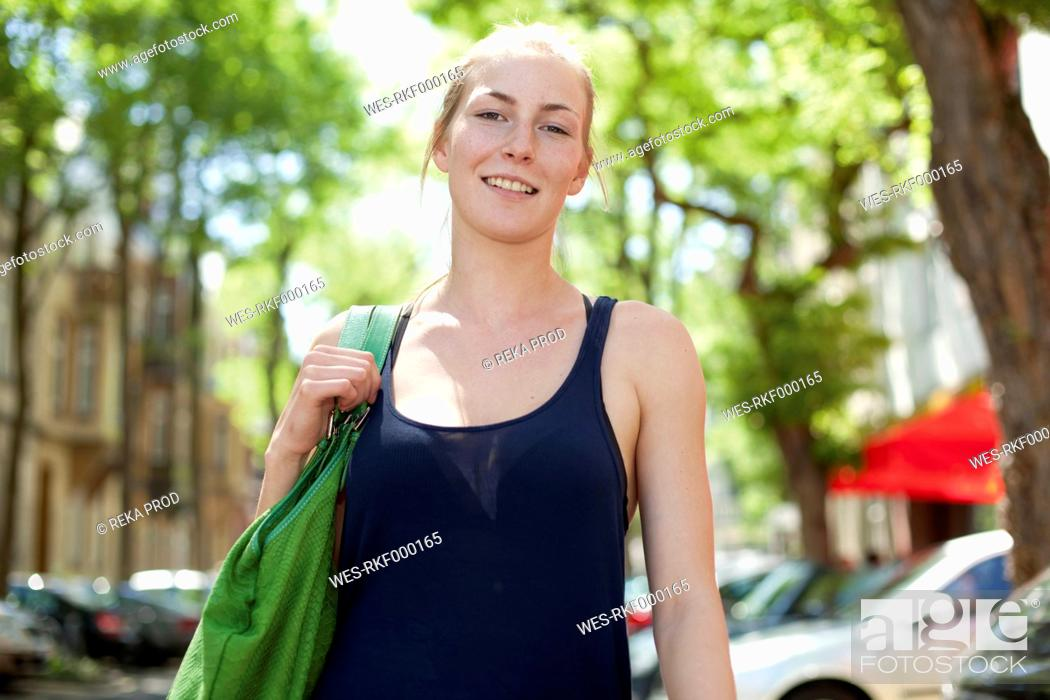 Stock Photo: Germany, North Rhine Westphalia, Duesseldorf, Young woman smiling, portrait.