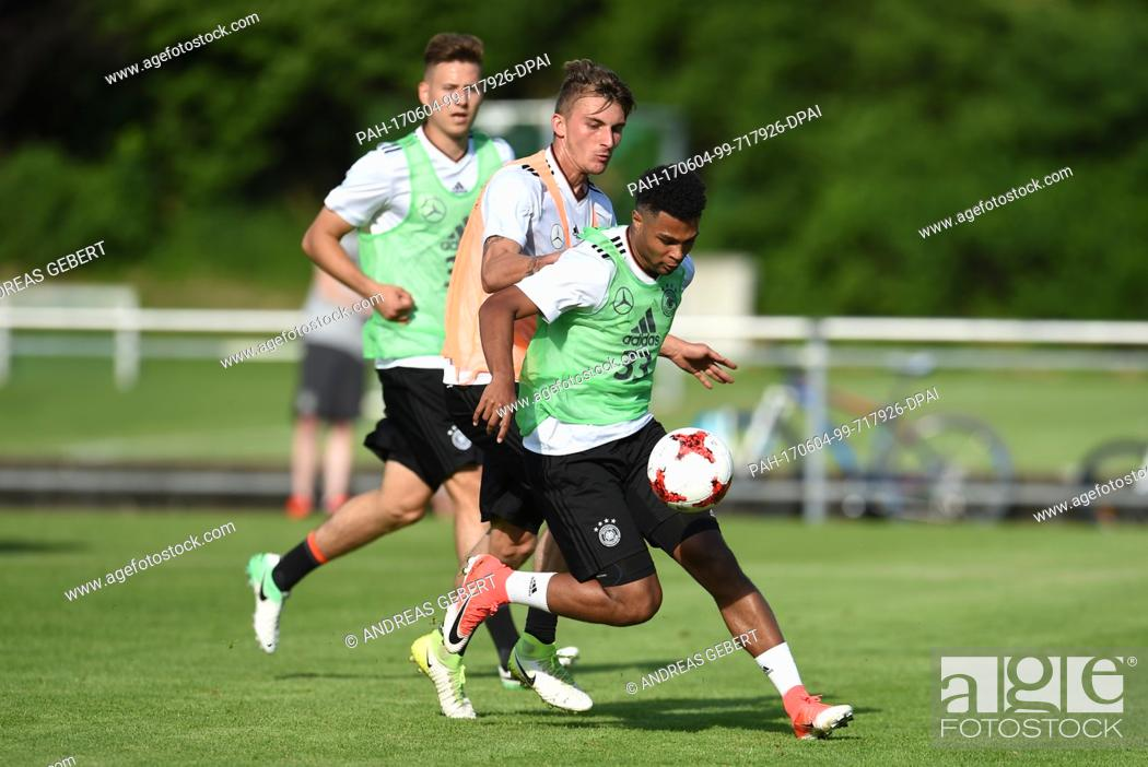 Imagen: Serge Gnabry (r) and Maximilian Philipp in action during a training session at the European Championship training camp of the German U21 soccer national team in.