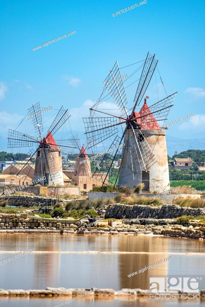 Imagen: Saltpans and windmills in the Stagnone lagoon between Marsala and Trapani, on the west coast of Sicily, Italy.