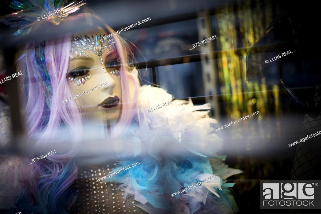 Imagen: Close up of the feminine head of a manikin in a shop window. London, England.