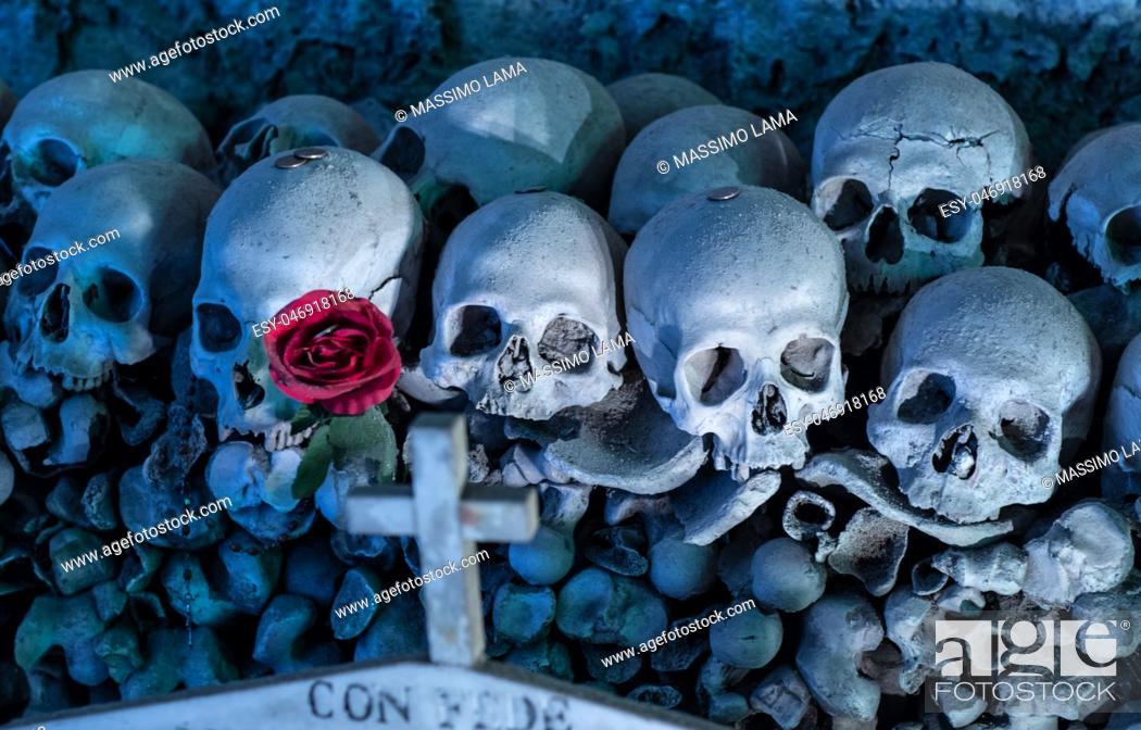 Imagen: cimitero delle Fontanelle, Fontanel cemetery, in Naples, Italy.