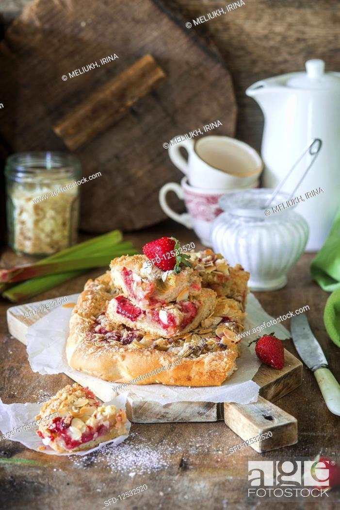 Photo de stock: Strawberry rhubarb streusel cake.