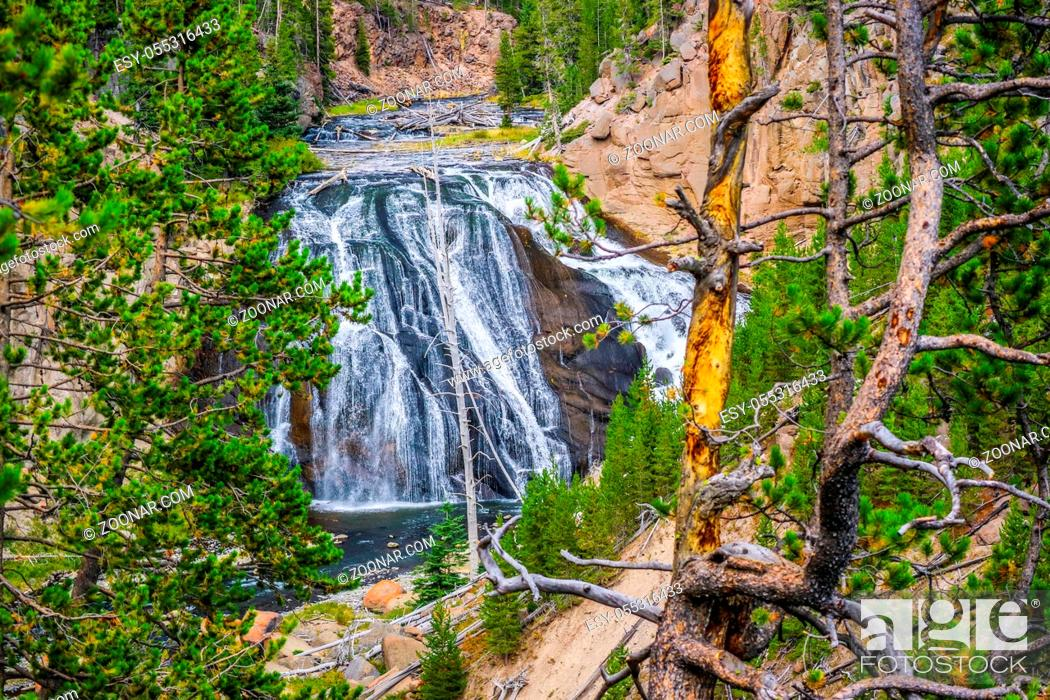 Photo de stock: The refreshing flow of natural water resource on top the Yellowstone Falls.