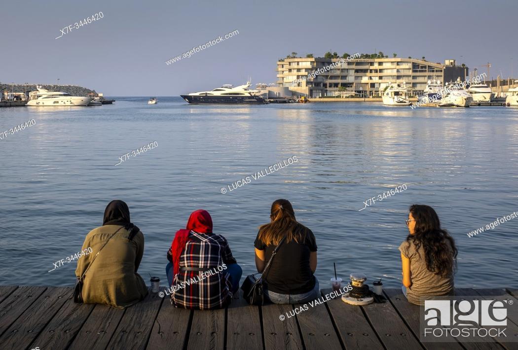Imagen: Women, Zaitunay Bay, Beirut, Lebanon.