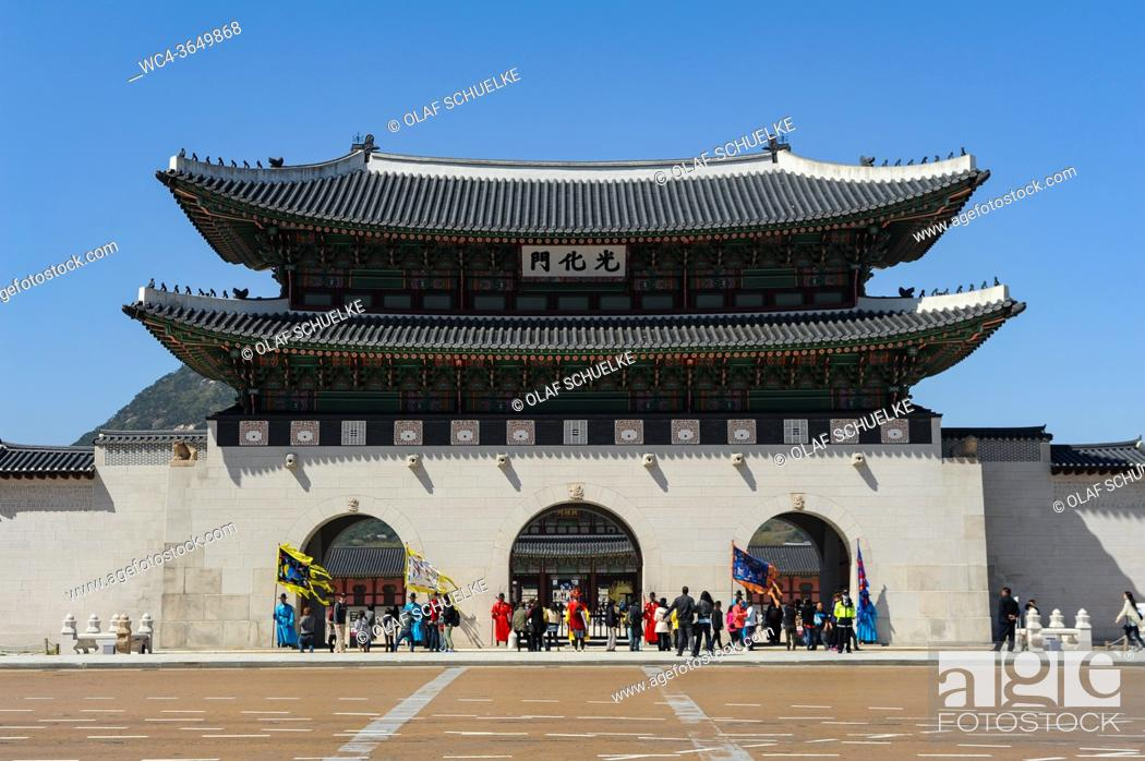 Imagen: Seoul, South Korea, Asia - Exterior view of the Gwanghwamun gate at the Gyeongbokgung Palace, the largest of the Five Grand Palaces built by the Joseon dynasty.
