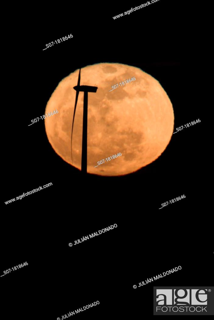 Imagen: Turbine backlit with the full moon.
