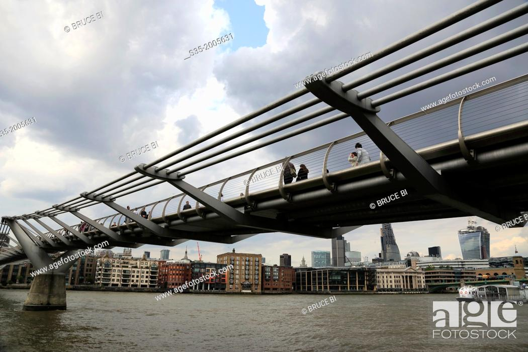 Imagen: Millennium Bridge over River Thames with north bank of River Thames in the background, London, England, UK.